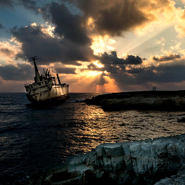 Ship wreck at Sea Caves showing exposure compensation